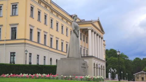 ws view of statue at the royal palace / oslo, norway - royalty stock videos & royalty-free footage