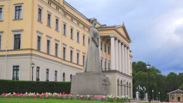 stockvideo's en b-roll-footage met ws view of statue at the royal palace / oslo, norway - koningschap