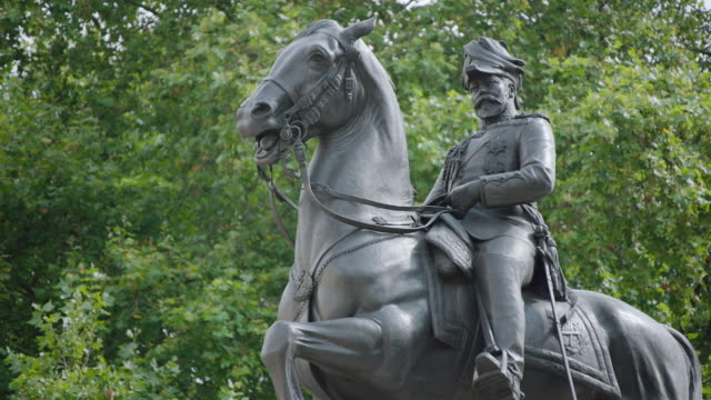 MS View of statue Edward VII on horse / London, United Kingdom