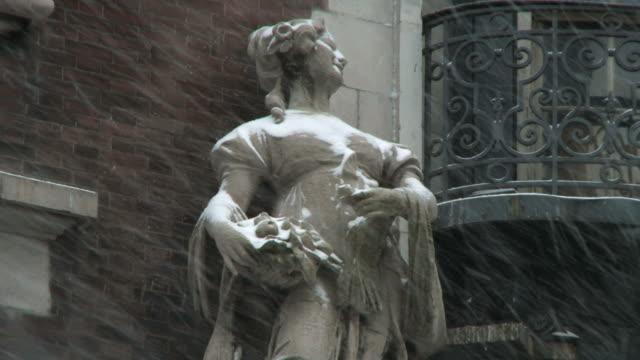 stockvideo's en b-roll-footage met ms view of statue in heavy snow / new york city, new york, usa  - vrouwelijke gestalte