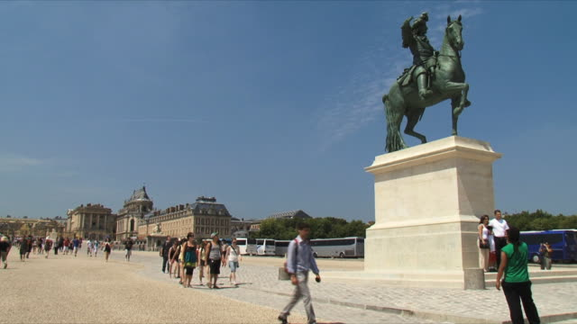 ws view of statue louis xiv / versailles, ile de france, france - chateau de versailles stock videos and b-roll footage