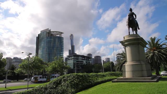 ws view of statue of king george / melbourne, victoria, australia - figura maschile video stock e b–roll