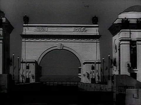 view of statue of lenin arch bridge excursion boat audio / moscow, russia - anno 1952 video stock e b–roll