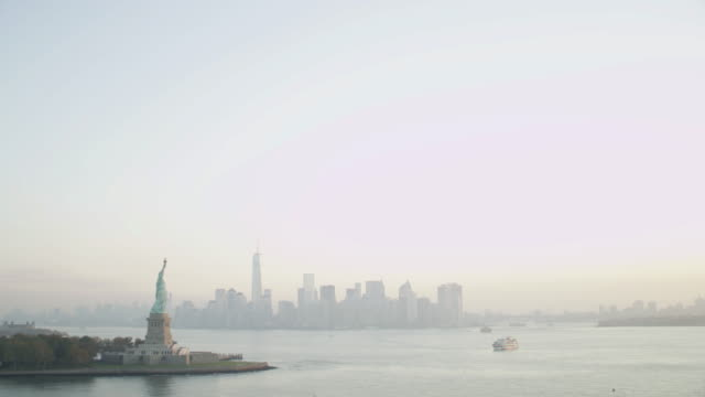 """""""ws aerial view of statue of liberty and lower manhattan / new york city, united states"""" - 自由の女神点の映像素材/bロール"""