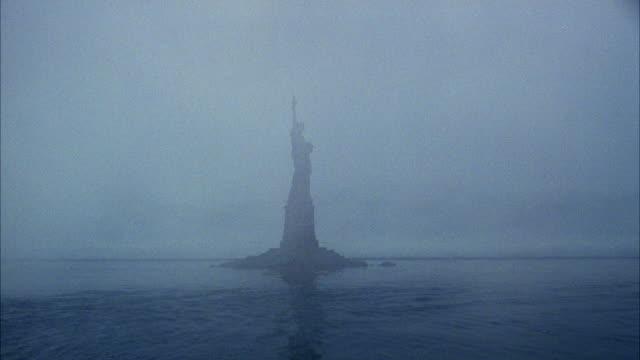 vídeos y material grabado en eventos de stock de ws view of statue of liberty at ocean - figura femenina
