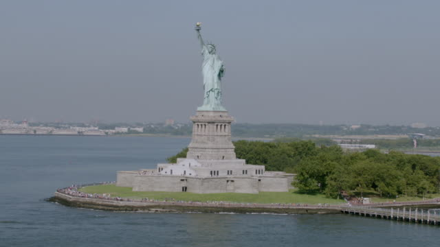"""""""ws aerial ts view of statue of liberty / new york city, united states"""" - 自由の女神点の映像素材/bロール"""