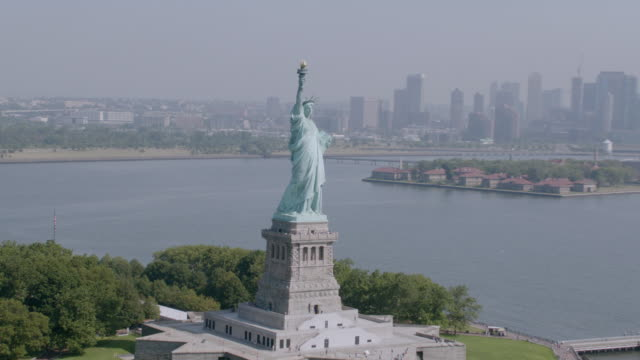 """""""ws aerial ts view of statue of liberty / new york city, united states"""" - statue of liberty new york city点の映像素材/bロール"""