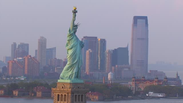 vídeos de stock, filmes e b-roll de ws aerial view of statue of liberty / new york, united states - figura feminina