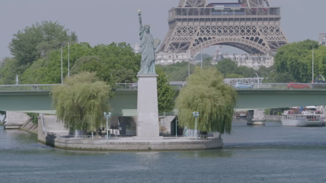 vidéos et rushes de ws view of statue of liberty replica / paris, france - statue de la liberté