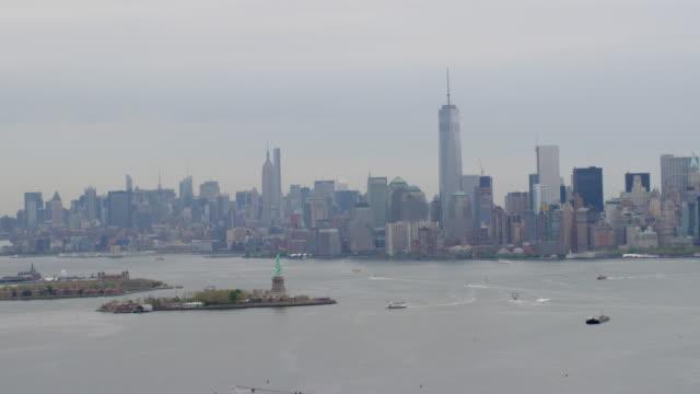 """ws aerial zo view of statue of liberty, skyline in city / kearny nj to culpepper va, united states"" - 自由の女神点の映像素材/bロール"
