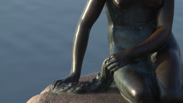 ms zo view of statue of little mermaid / copenhagen, denmark, denmark - weibliche figur stock-videos und b-roll-filmmaterial