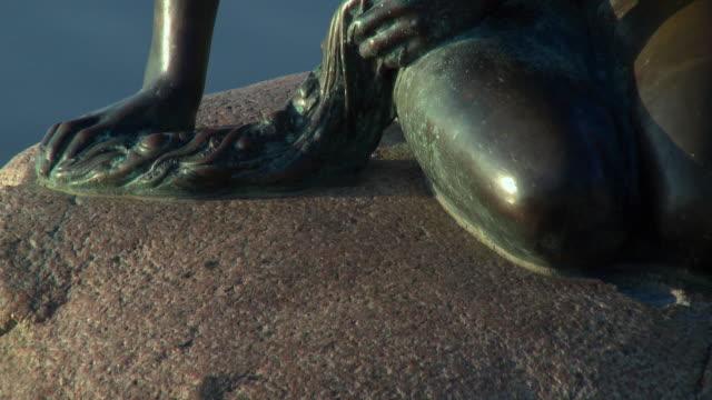 vídeos y material grabado en eventos de stock de cu tu view of statue of little mermaid / copenhagen, denmark, denmark - copenhague