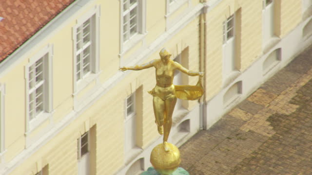 cu aerial ds zo view of statue on top of charlottenburg palace / berlin, germany - charlottenburg palace stock videos & royalty-free footage