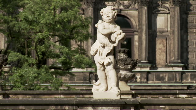 ms pan view of statues at bogengalerie at zwinger / dresden, saxony, germany - rappresentazione umana video stock e b–roll