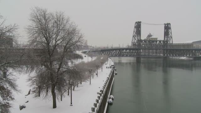 view of steel bridge in portland usa - fiume willamette video stock e b–roll