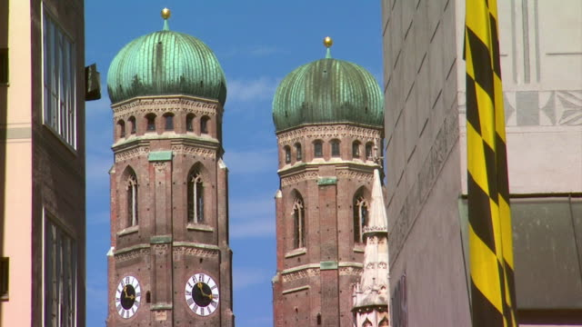 ms view of steeples of munich frauenkirche / munich, bavaria, germany - castello video stock e b–roll