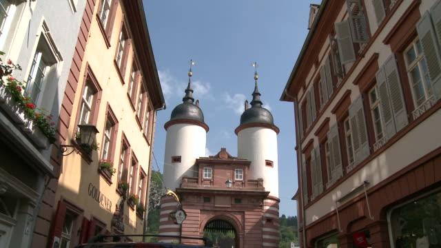 ms view of steingasse and brã¼ckentor in old town / heidelberg, baden-wuerttemberg, germany - ハイデルベルク点の映像素材/bロール