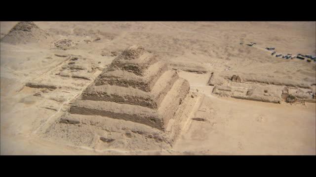 ws aerial pov view of step pyramid of zoser/ egypt - piramide struttura edile video stock e b–roll