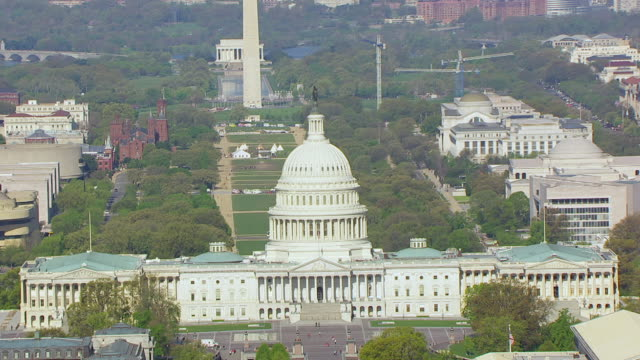 ms zo aerial pov view of steps and door to us capitol building and pull out to reveal washington monument and downtown buildings / washington dc, united states - kapitol lokales regierungsgebäude stock-videos und b-roll-filmmaterial