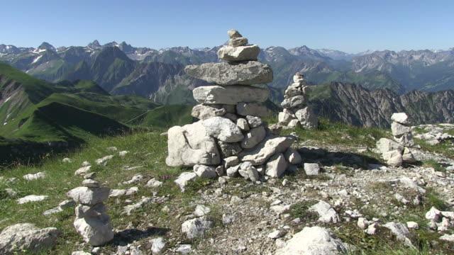 vídeos de stock, filmes e b-roll de  ms view of stone line  on nebelhorn to allgau alps  / oberstdorf, bavaria, germany  - coluna de calcário marítimo