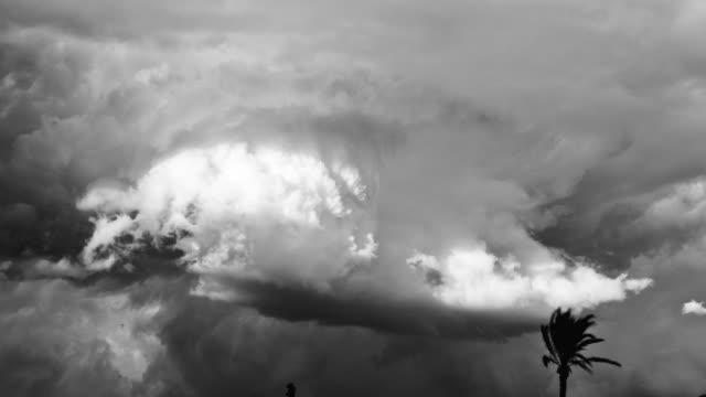 vidéos et rushes de ws t/l  view of storm clouds  / marrakech, morocco - bouillant