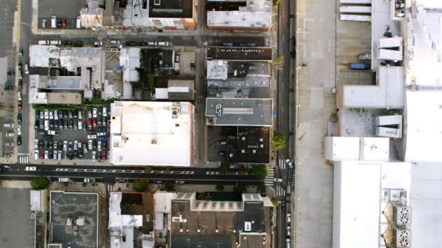 vídeos de stock, filmes e b-roll de ms aerial view of street from top with apartments and car parking's / philadelphia - top
