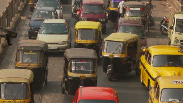 view of street in kolkata india - jinrikisha stock-videos und b-roll-filmmaterial