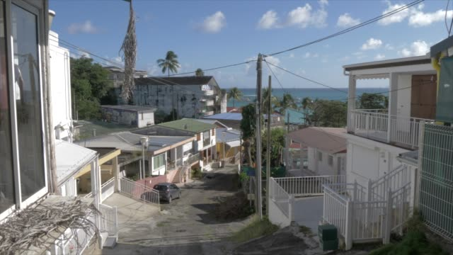 vidéos et rushes de view of street leading to beach in la datcha, le gosier, pointe-a-pitre, guadeloupe, french antilles, west indies, caribbean, central america - guadeloupe