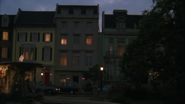 stockvideo's en b-roll-footage met ms zi view of  street over fountain to second story window of  eastern town house  - tuindeur
