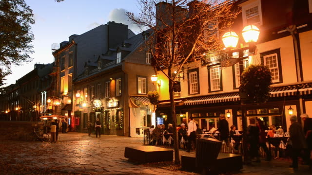 vídeos y material grabado en eventos de stock de ws view of street scene of cafes on st anne street rue sainte anne twilight in french canada / quebec city, quebec, canada - quebec
