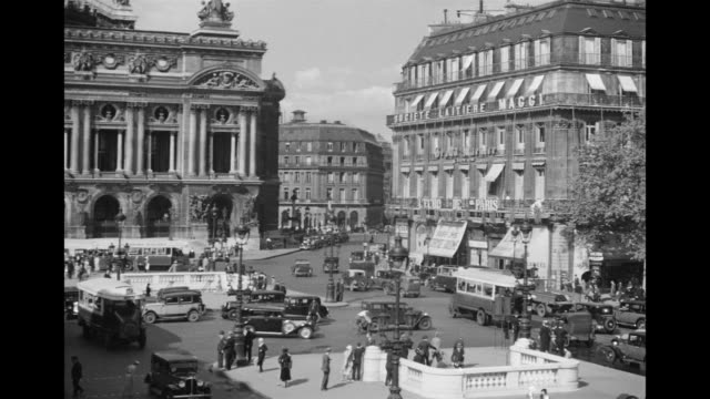 stockvideo's en b-roll-footage met ms view of street scenes / paris, france - 1930