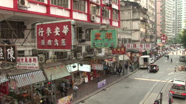 vidéos et rushes de view of street shops in hong kong china - ligne de tramway