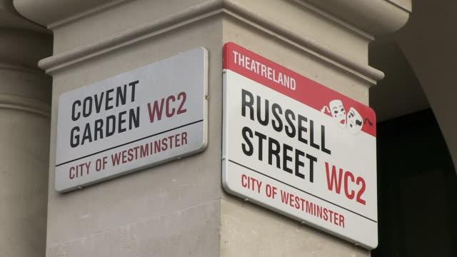 ms view of street sign / london, england, great britain  - västerländsk text bildbanksvideor och videomaterial från bakom kulisserna