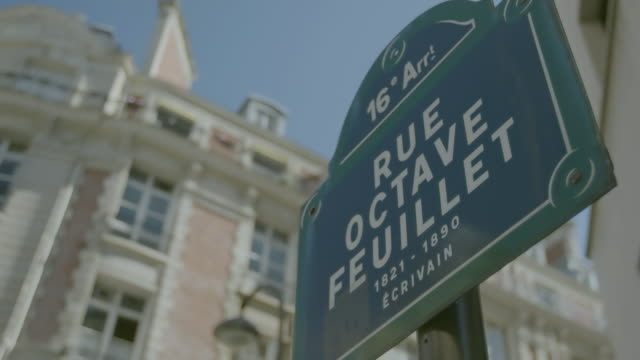 stockvideo's en b-roll-footage met cu pan view of street sign / paris, france - street name sign
