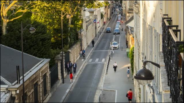 vidéos et rushes de vue de la rue avec les piétons à partir de français appartement - time lapse - se garer