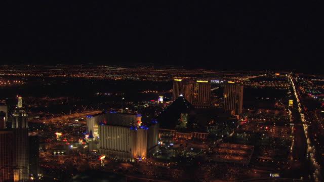 ws aerial view of strip at night with neon lights on casinos and hotels / las vegas, nevada, united states - 50 sekunder eller längre bildbanksvideor och videomaterial från bakom kulisserna