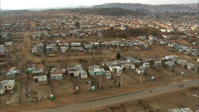 ws pov aerial view of suburban and slums of soweto / johannesburg, gauteng, south africa - slum stock-videos und b-roll-filmmaterial