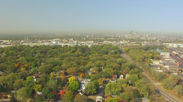 vidéos et rushes de ws aerial view of suburbs towards downtown minneapolis / minneapolis, minnesota, united states - minnesota
