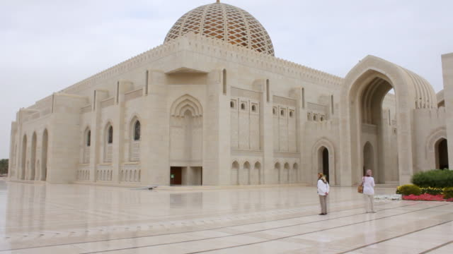 WS View of Sultan Quabos Mosque with tourist / Muscat, Oman