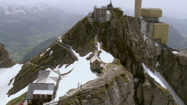 ws ds aerial view of summit of santis via blau schnee and girenspitz / santis, appenzell innerrhoden, switzerland - hut stock videos & royalty-free footage
