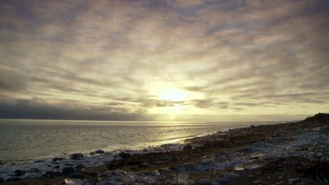 stockvideo's en b-roll-footage met ws t/l view of sun in sky with quickly moving clouds and ocean, frozen beach / arviat, nunavut, canada - wiese
