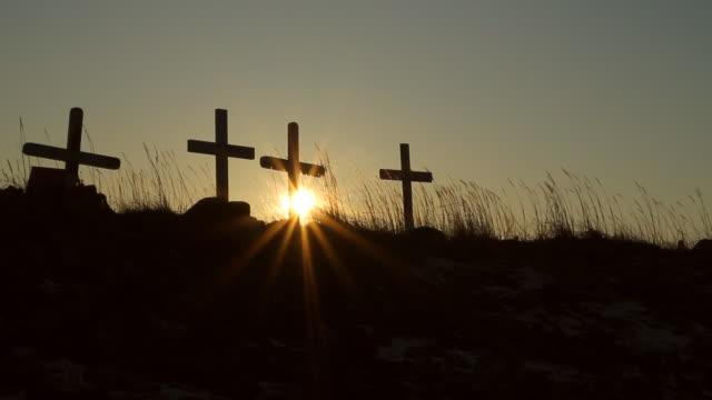 stockvideo's en b-roll-footage met ms view of sun peaking through four crosses on mound / arviat, nunavut, canada - wiese