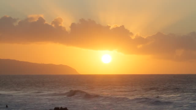ws t/l view of sun setting behind ocean / haleiwa, hawaii, united states - 1 minuto e più video stock e b–roll