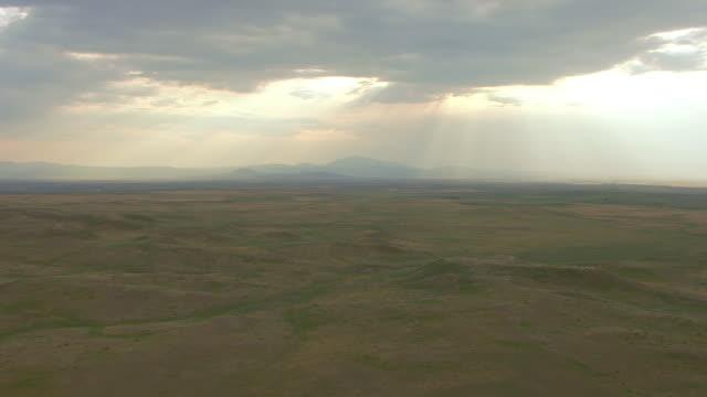 vídeos y material grabado en eventos de stock de ws aerial view of sun shining through clouds on land outside guernsey ruts in platte county  / wyoming, united states  - expansión hacia el oeste