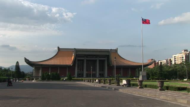 vídeos y material grabado en eventos de stock de view of sun yat-sen memorial hall in taipei taiwan - bandera de taiwán