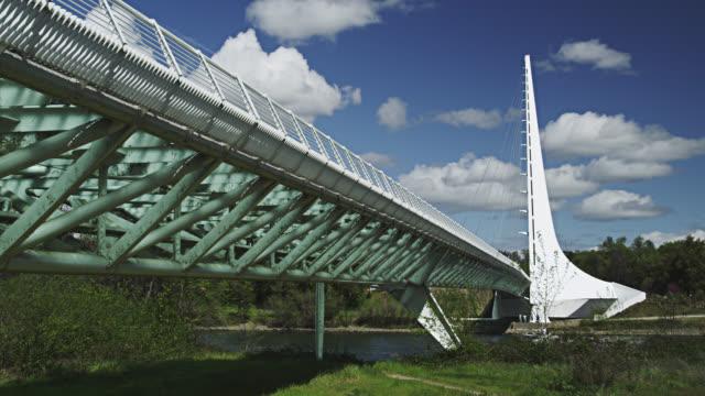 vídeos de stock e filmes b-roll de ws view of sundial bridge at turtle bay redding / redding, california, usa  - ponte com armação cantilever