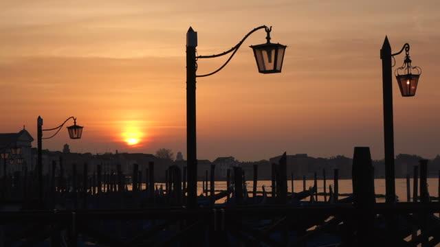 vídeos de stock e filmes b-roll de ws view of sunrise at molo riva degli schiavoni / venice, veneto, italy - embarcação comercial
