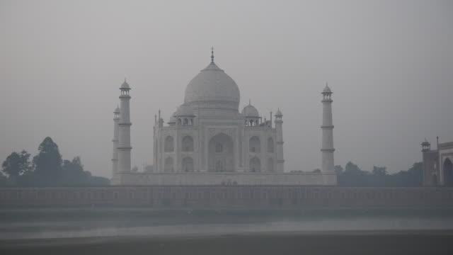 WS View of Sunrise at Taj Mahal, / Agra, Utter Pradesh, India