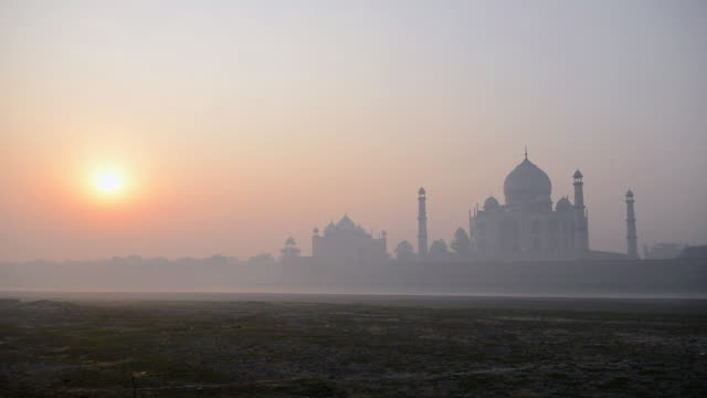 ws view of sunrise at taj mahal, / agra, utter pradesh, india - taj mahal stock videos and b-roll footage