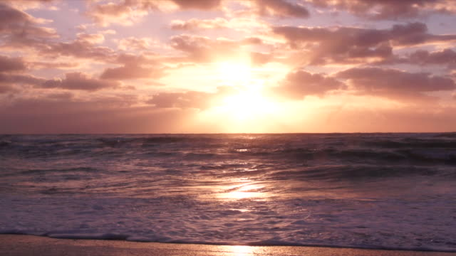 ws slo mo view of sunrise over ocean / arniston, western cape, south africa - orizzonte sull'acqua video stock e b–roll
